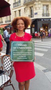 Plaques commémorative tenue par une femme, Catherine Marceline
